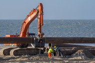 Dredging workers connecting p...