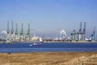 Harbor cranes and container s...