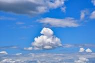 Single cumulus cloud in the b...