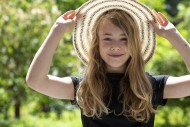 Girl (11) with sun hat, Kiel,...